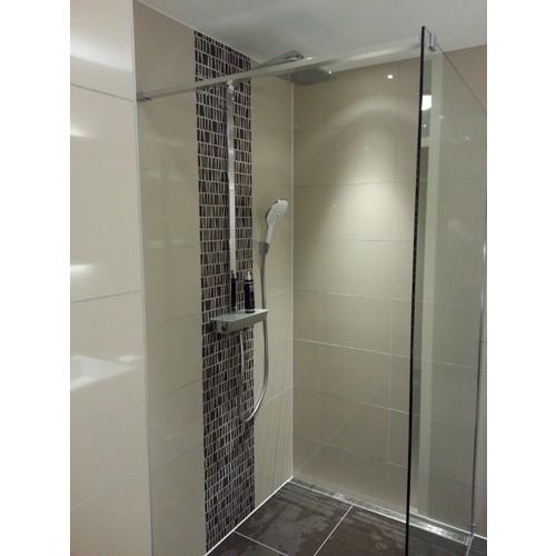 Badkamer almere een strakke badkamer met mozaiek accenten - Winkelruimte met een badkamer ...