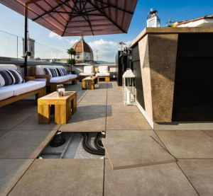 keramische tegels op het terras